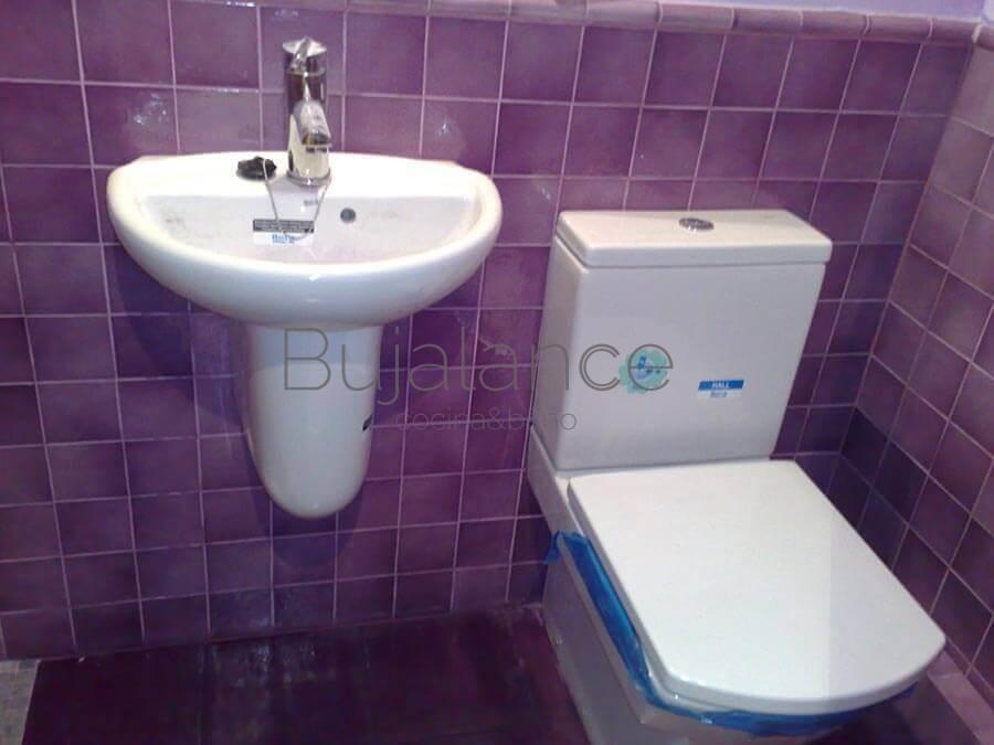 Zona de lavabo con semipedestal y sanitario compato en baño pequeño de Garus