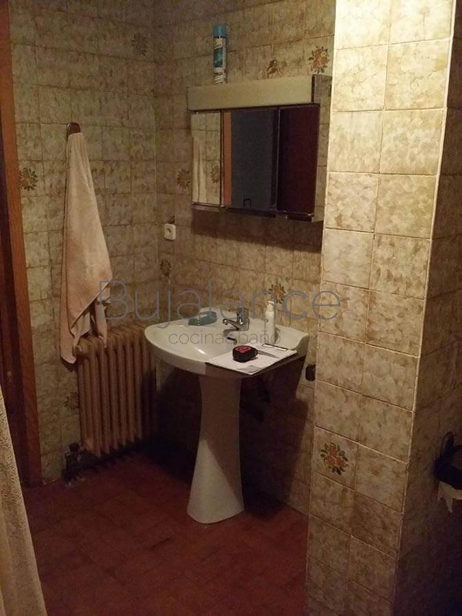 Zona de lavabo de un piso en Graus antes de la reforma