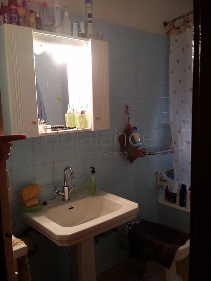 Zona de lavabo en baño antiguo antes de la reforma Graus