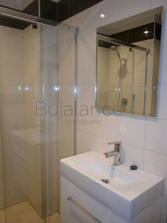 Zona de lavabo en baño del barrio Manzanares de Graus después de la reforma