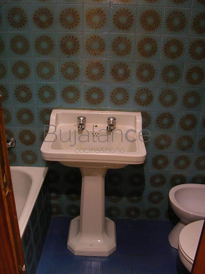 Zona de lavabo en baño pequeño de Graus antes de su reforma