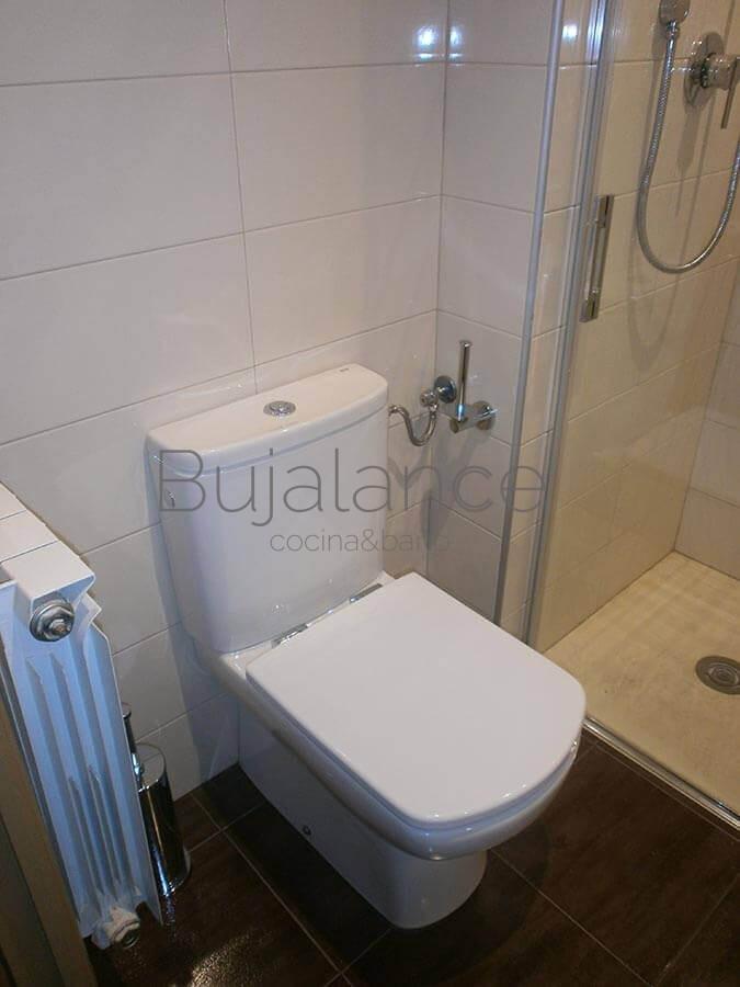 Zona de sanitarios en baño del barrio de Manzanares después de la reforma en Graus